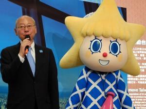 東京スカイツリー鈴木道明取締役社長(左)とソラカラちゃん