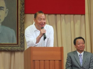 東京中華學校家長會會長林信安致詞歡迎新生及其家長加入東京中華學校這個大家庭