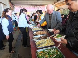 院方特別準備豐富齋食給信眾們享用
