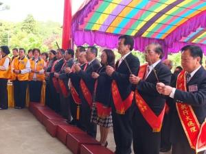 駐日代表處僑務組趙雲華組長與在日僑領們等貴賓,和法事大總理一同進香
