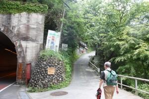 慰霊碑への登り口。歩いて数十分かかる。
