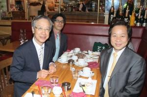 羅坤燦副代表(左)と張国恩学長(右)