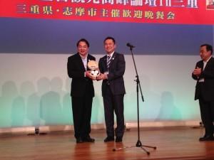 觀光局局長謝謂君(左)和三重縣知事鈴木英敬互換紀念品