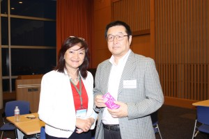 慶応大学日吉学生部国際担当海老原肇さん(右)