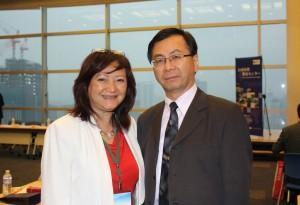 台北駐日経済文化代表処の林世英教育組副組長(右)