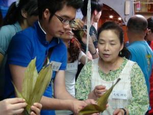 李秀珠老師指導留學生包粽