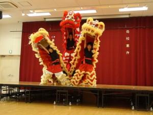 大阪中華學校舞獅隊熱演迎賓
