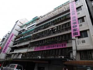 飲食店営業に抗議する横断幕が付けられたマンション。以前は一階部分にカフェがあった。
