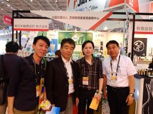 南日本酪農協同海外事業室前原光則室長(右)、松本正一福岡支店次長(左から二人目)とマカオからのバイヤー