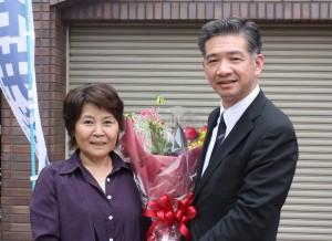 中津川後援会婦人部から花束を贈呈される石井候補予定者