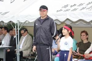 劉剣城校長と小学生の女子
