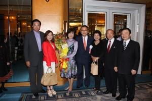 開宴前に埼玉台湾総会の面々と記念写真を撮る中津川前衆議院議員