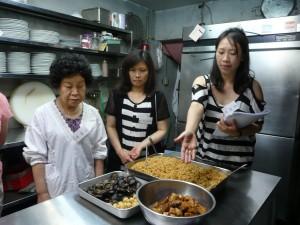 京都華僑總會事務局劉佳玲說明粽子材料