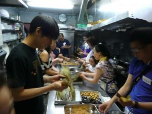 四十多位參加者挑戰包粽子