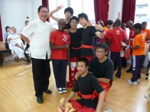 舞獅隊同學與秘書長林青嶔、院童合影