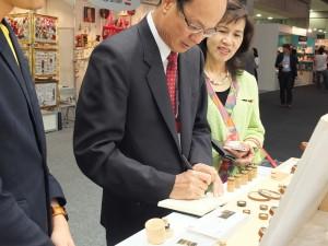 駐日代表沈斯淳在展場上試寫字