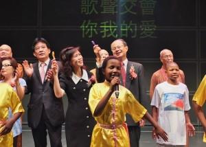 與會嘉賓上台與小朋友們合唱《掌聲響起》
