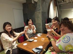 8點半在在店前排隊的「愛台灣會」成員們,迫不及待喝到珍珠奶茶