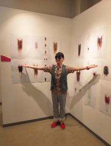 黃子佼在他的作品《人魚》前介紹他拍攝作品的想法