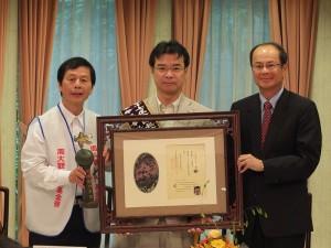 和平船長吉岡達也(中)獲頒周大觀文教基金會的「全球熱愛生命獎章」(圖右為沈斯淳大使、左為基金會創辦人周進華)