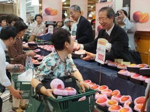 羅副代表和日本消費者推銷台灣好吃的芒果