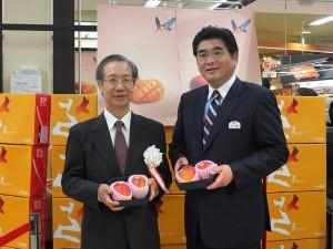 駐日代表處副代表羅坤燦和京王超市社長川瀨明伸一同現身在台灣芒果的促銷活動現場