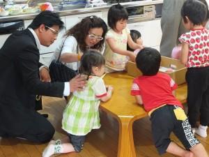 副會長林良育(左1)與會長錢妙玲(左2),在福島愛育園和院童們互動