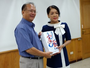 僑委會委員長吳英毅(左)贈送紀念品,由日本媽祖會會長曾鳳蘭(右)代領