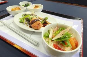 慈濟準備美味的素食料理,包括番茄牛蒡湯冷麵、紫蘇梅醃瓜等菜色