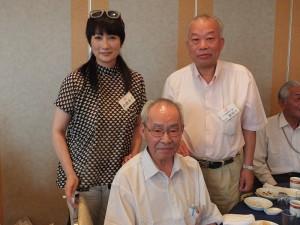 余貴美子與日本關東崇正會副會長劉禎士(後排右1)和顧問林利章(前排)合影,感謝他們協助她拍攝尋根影片