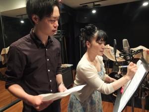 負責幫忙指導中文發音的源治(左),提醒青木美香子該注意的地方