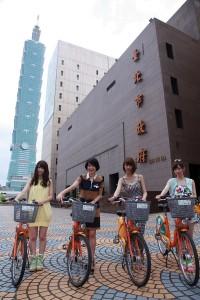 觀傳局局長趙心屏推薦 AKB48騎乘Ubike,左起菊地彩香、趙心屏、阿部瑪莉亞 及片山陽加(照片提供:台北市觀光傳播局)