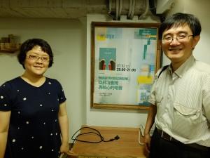 (右から)国立政治大学台湾史研究所薛化元所長と李為楨助理教授
