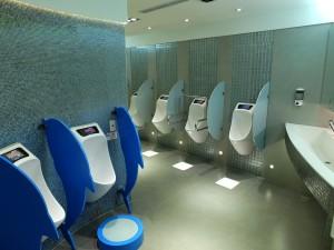 無水トイレが採用された男子小用便器。上部には液晶モニターもついている。