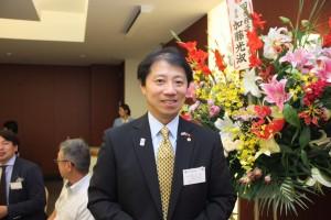 2部の司会を務めた横浜華僑総会穂高丈司事務局長