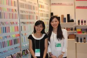 紡聚織帯有限公司の李英仙さん(左)