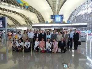 20多位僑領與辦事處同仁前往機場送機