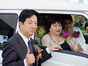 介護タクシーに試乗する施郭総会長(中央)と頼清徳台南市長