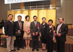 謝依旻(左3)和來自台灣的家人(左2、右1~3)與駐日代表處副代表陳調和(左4)和教育組副組長林世英(左1)合影