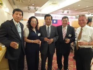 陳調和副代表(左3)與僑界代表合影