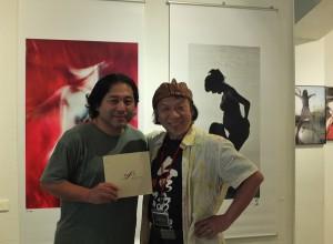 「人像寫真專科」創辦人魚住誠一(左)和台灣肖像攝影師林聲(左),在會場暢談拍攝作品所傳遞的訊息