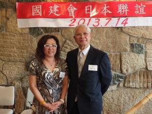 東京台灣商工會議所會長錢妙玲(左),特別到場致意,與會長周子秋合影
