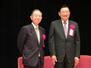日本前駐中國大使丹羽宇一郎(左)與三三會會長江丙坤(右),一同為早稻田大學的學生上了一堂東亞和平發展課