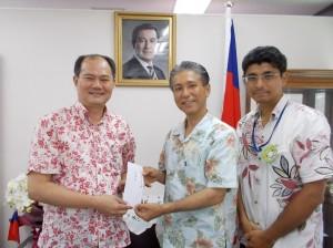 「東亞共同體創設機構」理事長大城浩詩(右2)將賑災款轉交給粘處長(左1)