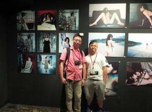 兩位從台灣選出的一般參加攝影師,黃永弘(左)和Jerry Lin(右),分別在自己的作品前合影
