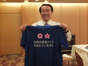 李嘉進展示他在宮城穿的T恤,受到當地民眾和宮城縣知事的歡迎