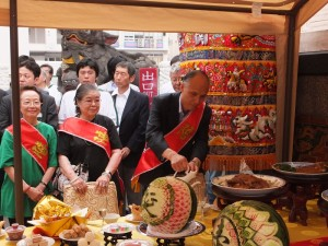 駐橫濱辦事處處長李明宗在祭神典禮中的百饌饗宴桌前斟酒敬神