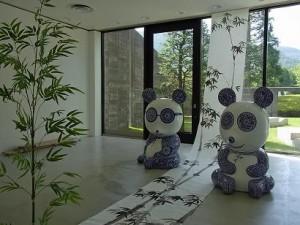 陶器のような模様が美しいパンダの彫刻