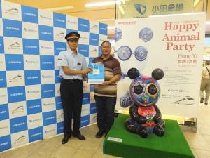 小田急新宿車站站長特別贈送紀念品給洪易(右)