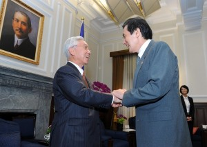 總統馬英九與日本「九州經濟連攜推進機構」參訪賓客握手致意(照片提供:總統府)